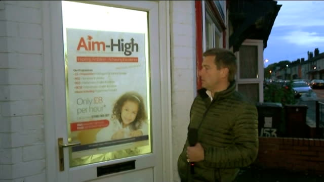 vidéos et rushes de teacher involved in trojan horse scandal is still teaching england wolverhampton reporter along to door with 'aimhigh' poster attached and knocks... - arrêt sur image