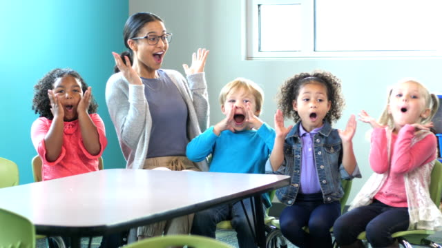 lehrer, multi-ethnische gruppe von kindern im vorschulalter im klassenzimmer - 4 5 years stock-videos und b-roll-filmmaterial