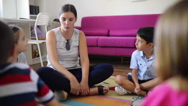 lehrer befragt kinder im kindergarten - weibliche person stock-videos und b-roll-filmmaterial