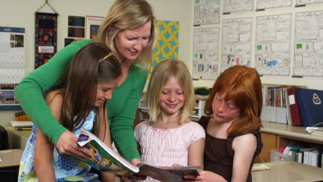 vidéos et rushes de ms teacher reading to schoolgirls (8-9), manchester, vermont, usa - manchester vermont