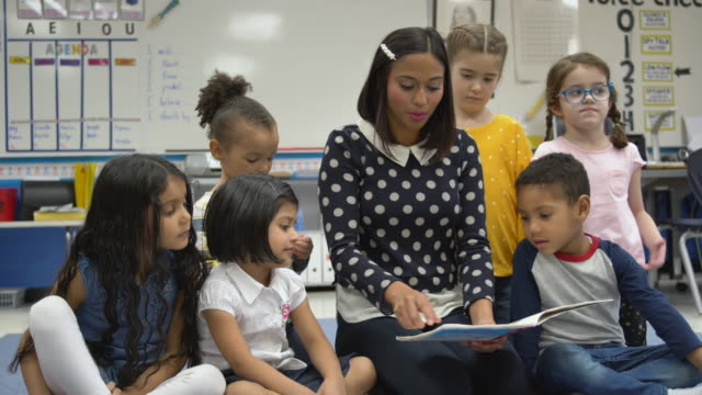 teacher reads to young students - storytelling stock videos & royalty-free footage