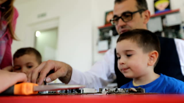 vídeos de stock e filmes b-roll de teacher showing kids computer parts - aluna da escola secundária