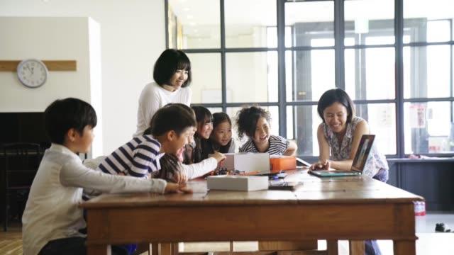 技術レッスン中にラップトップ上先生を示す学生情報 - 小学生点の映像素材/bロール