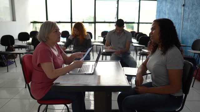 vídeos de stock, filmes e b-roll de professor conversando com aluno sobre resultados de testes na universidade ou fazendo uma entrevista de emprego - exam