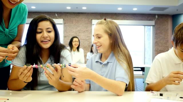 Lehrer unterrichtet Schülern über elektrischer Schalter in Wissenschaft und Technik-Klasse
