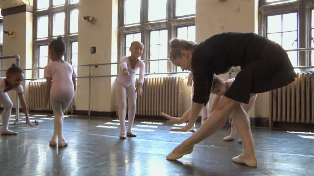 stockvideo's en b-roll-footage met ms slo mo teacher teaching how to bow to her students (2-7) in ballet studio / chicago, illinois, usa - gympak