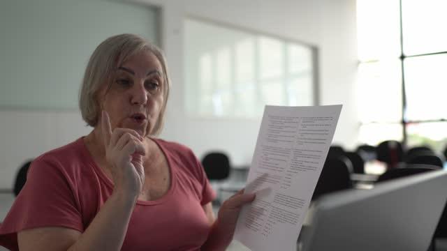 vídeos de stock, filmes e b-roll de professor ensinando em uma chamada de vídeo com laptop na escola - exam