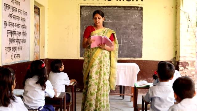 vídeos de stock e filmes b-roll de teacher teaching to school students in classroom, haryana, india - professora