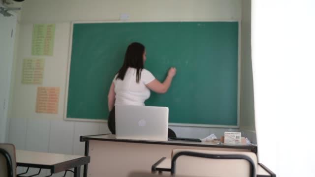 vídeos de stock, filmes e b-roll de professor usando laptop para fazer uma aula online / vídeo - distante