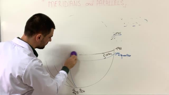 vídeos de stock e filmes b-roll de teacher, wears white coat is cleaning the board - borracha material de escritório