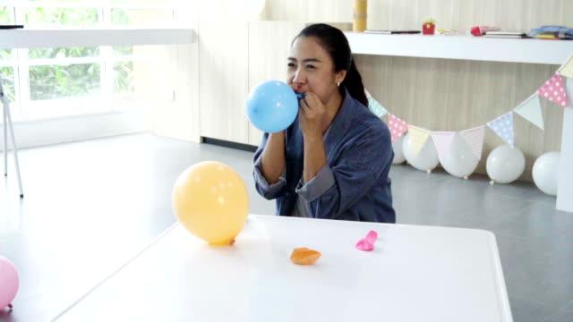 insegnante donna soffia un palloncino - soffiare video stock e b–roll