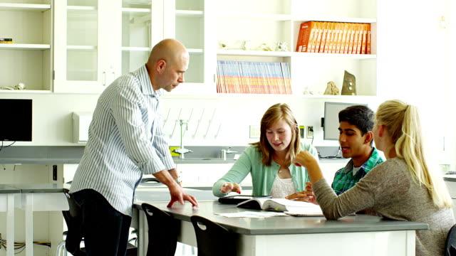 教師動作、学生のスクール形式 - ロールモデル点の映像素材/bロール
