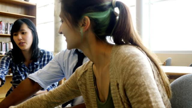 Lehrer und Schüler im Stängel high school Jubeln Sie ein Projekt-finish