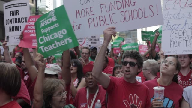 vidéos et rushes de teachers and union members rally in daley plaza over contracts and budget cuts chicago teachers union rally on september 3, 2012 on september 05,... - bras humain