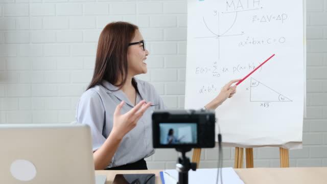 vídeos de stock, filmes e b-roll de professores ensinando remotamente protetor explicando matemática em plataforma de e-learning - ensino superior