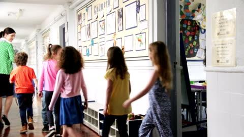vídeos y material grabado en eventos de stock de profesores caminando los niños a la siguiente clase - pasillo característica de edificio