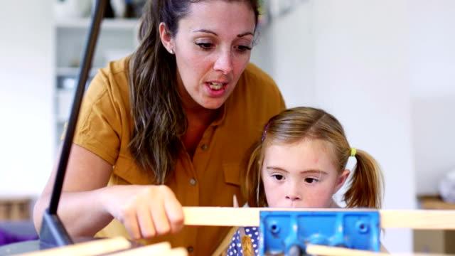 Unterrichten ihre Tochter Holzarbeiten
