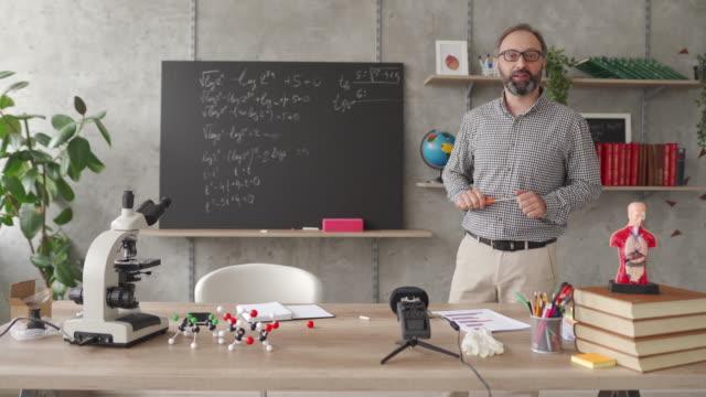 vídeos de stock e filmes b-roll de teaching students online from home classroom during covid-19 - aula de formação