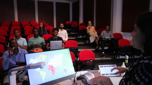 クラスを教える - ロールモデル点の映像素材/bロール