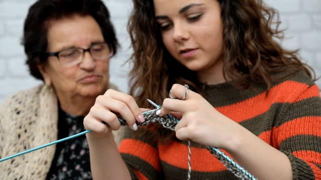vídeos de stock e filmes b-roll de teaching the next generation... - tricotar