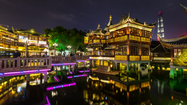 TL Teahouse in Yu gardens at night