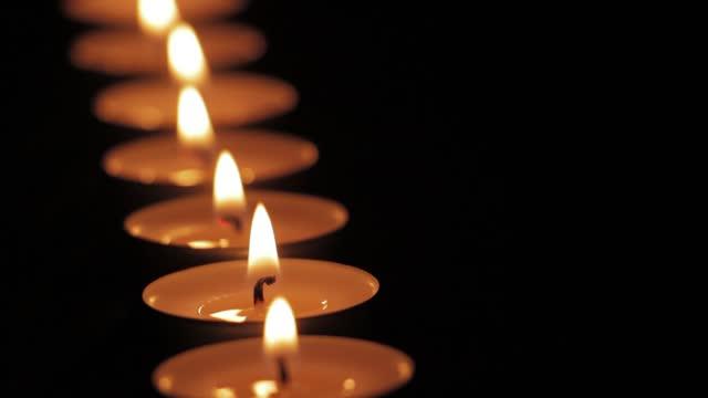 vidéos et rushes de bougies de thé-lumière dans la forme de ligne - ambiance événement