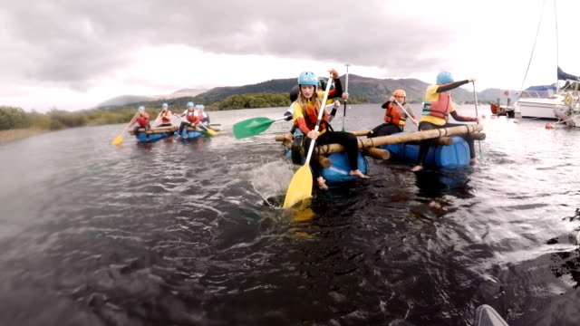 team building water rafting - pagaiare video stock e b–roll