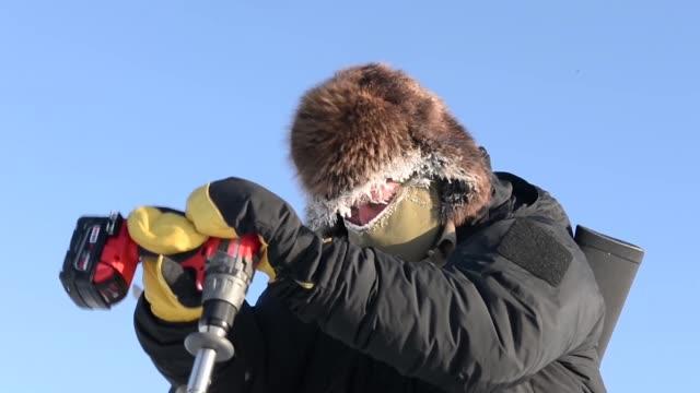 team consisting of members of the undersea warfighting development center arctic submarine laboratory , the university of alaska fairbanks and... - ドリルビット点の映像素材/bロール