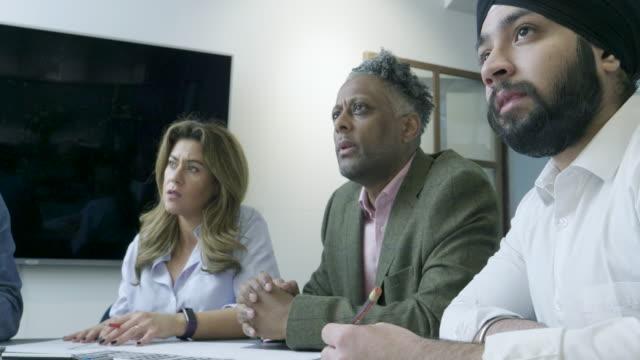 プロジェクトについて話し合うチーム - アフリカ系カリブ人点の映像素材/bロール
