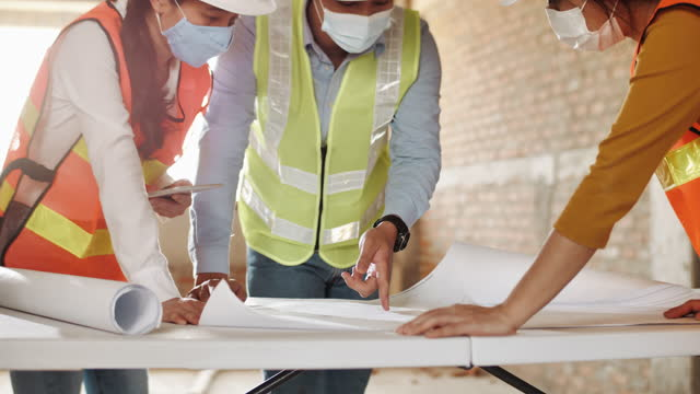 建設現場でブループリント計画に協力するチームエンジニア - 土木技師点の映像素材/bロール