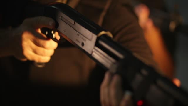swat team guy punta con mitragliatrice - fucile video stock e b–roll