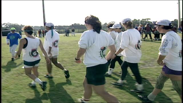 vídeos y material grabado en eventos de stock de team in white tees having a huddle - camiseta blanca