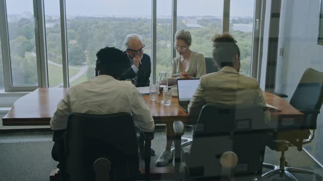 チームミーティング。会議室で忙しいビジネスの多様なグループ - 東ヨーロッパ民族点の映像素材/bロール