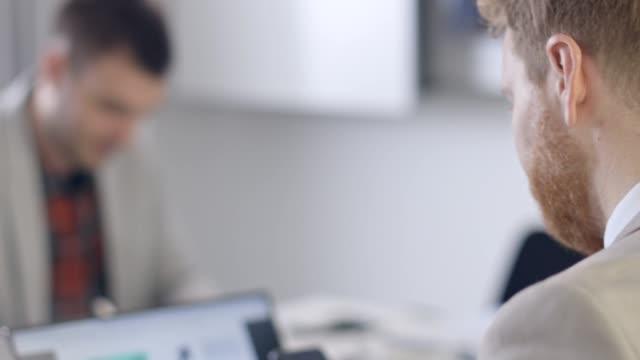 teambesprechung in arbeit - konferenzraum stock-videos und b-roll-filmmaterial
