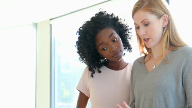 Gruppmöte av unga affärsmän som leds av kvinna entreprenör