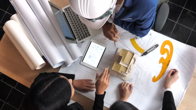 Team von Architekten, die brainstorming-Design-Lösungen direkt über