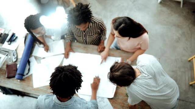team von architekten brainstorming der design-lösungen - designer einrichtung stock-videos und b-roll-filmmaterial