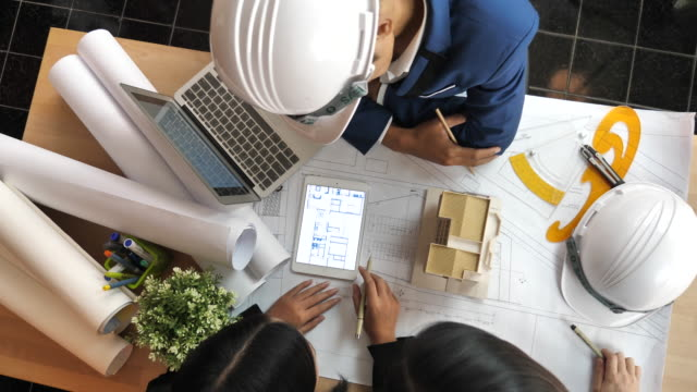 vídeos y material grabado en eventos de stock de equipo de arquitectos el diseño de soluciones con el cliente de intercambio de ideas - plano americano