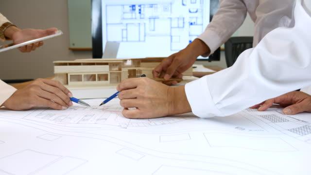 建築家のチームは、建設ブループリントプロジェクト、建築家に取り組む手 - レプリカ点の映像素材/bロール