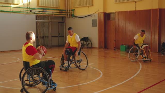 vídeos y material grabado en eventos de stock de equipo de jugadores de baloncesto en silla de ruedas jugando juego en el interior - jugador de baloncesto