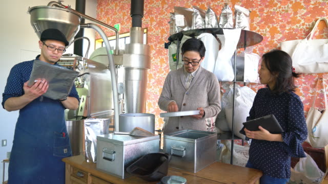 ワーク ショップで働くコーヒー ロースターズのチーム - 作業場点の映像素材/bロール