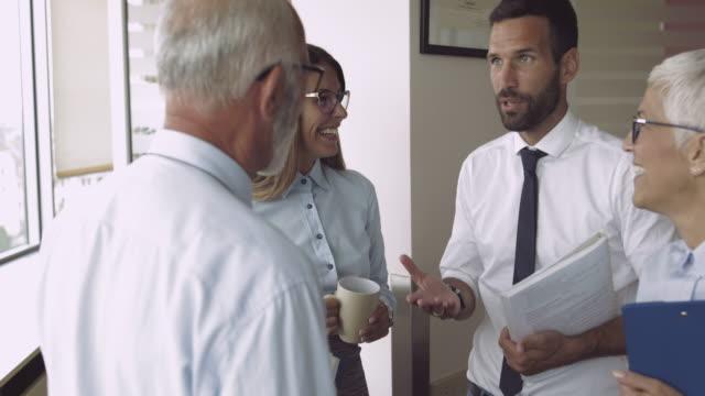 vídeos y material grabado en eventos de stock de equipo de colegas que trabajan juntos - establecer una red de contactos