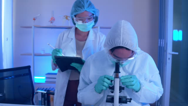 stockvideo's en b-roll-footage met team van doctor in lab. - testkit