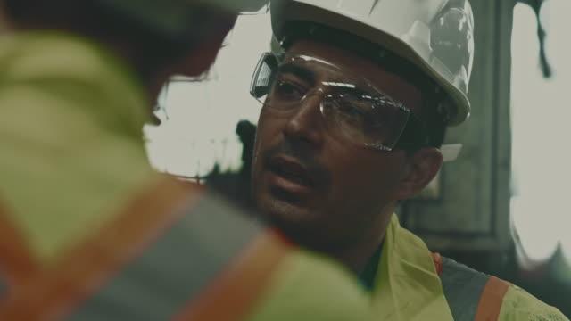 team von ingenieuren im gespräch - schutzbrille stock-videos und b-roll-filmmaterial