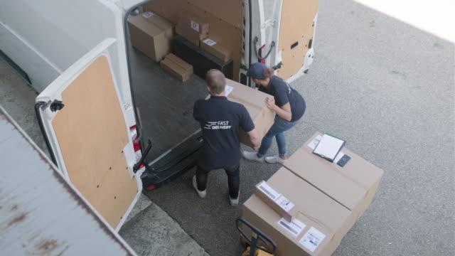 team unabhängiger lieferexperten beim be- und entladen - hubwagen stock-videos und b-roll-filmmaterial