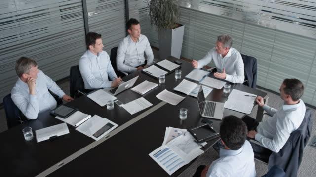 会議の会議室でプロジェクト マネージャーとの同僚男性の ld チーム - 会議室点の映像素材/bロール