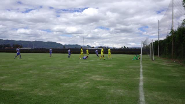 vídeos y material grabado en eventos de stock de equipo de jugadores de fútbol masculinos celebrando muy emocionados después de marcar un gol en un partido - atleta papel social