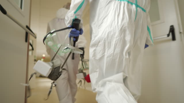 vídeos y material grabado en eventos de stock de equipo de especialistas médicos - trabajador de primera línea