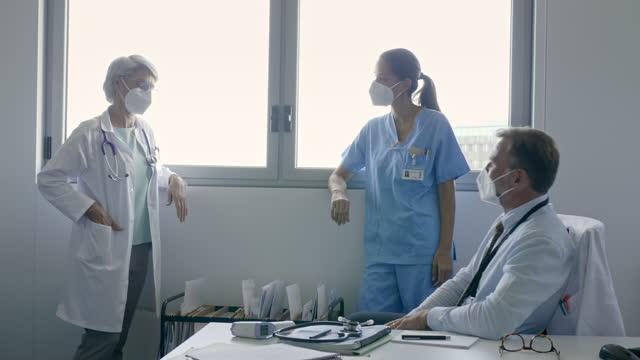 stockvideo's en b-roll-footage met team van artsen die een vergadering in het ziekenhuis hebben - stem thema