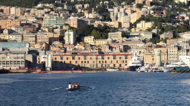 vidéos et rushes de équipe du train de rameurs dans la baie de front de mer - italie